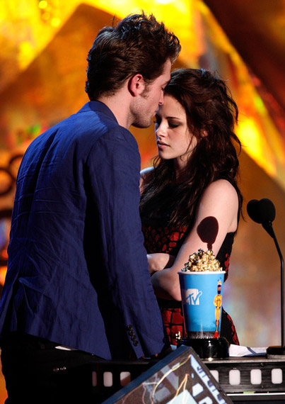 Twilight gets the Popcorn for Best Kiss -HOT & SIZZLING!!